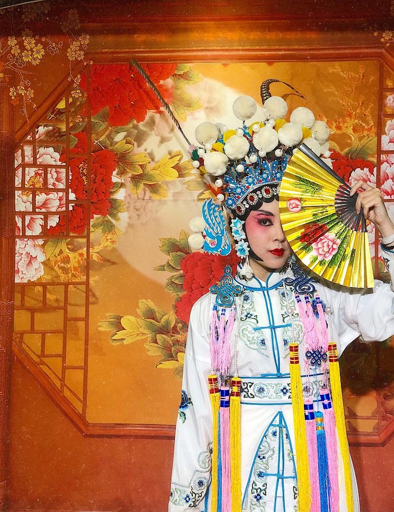 Tại Thành Đô, mình còn có cơ hội được trải nghiệm nét văn hóa độc đáo ở nhà hát Thục Phong Nhã Vân Xuyên với những màn trình diễn nổi tiếng như Biến Kiểm (Đổi Mặt) thần bí và Thổ Hỏa (Phun Lửa). Ngoài ra, mình cũng được mặc trang phục và thử trang điểm kiểu biểu diễn thú vị.
