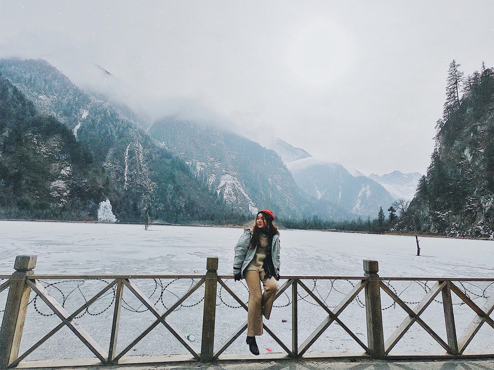 Tất Bằng Câu cách trung tâm Lý Huyện 20 km, được chia thành 3 nơi chụp ảnh, trong đó, khu cuối cùng là công viên tuyết. Để đến đây, mình phải thuê một chiếc xe 7 chỗ với giá gần 150.000 đồng khứ hồi. Giá vé vào gần 300.000 đồng/người (đã gồm tiền xe bus trung chuyển từ chân núi lên đỉnh núi).