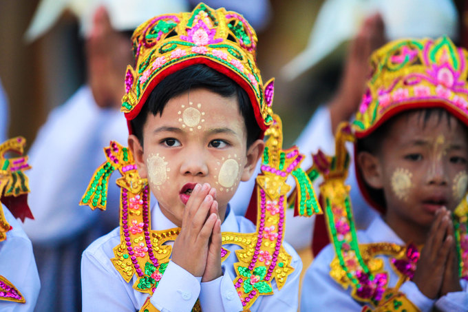 Sau đó, các em sẽ được xuống tóc và bắt đầu cuộc sống tu tập. Hàng tháng, các chùa đều có ngày lễ để người xuất gia hoàn tục, trở về với cuộc sống gia đình. Người Myanmar tin rằng nếu con họ có thời gian tu tập lâu thì đó là phúc của gia đình, những người này khi ra ngoài xã hội cũng được coi trọng hơn.