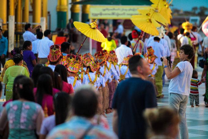 """Vì lễ không có thời gian cố định nên không phải du khách nào cũng may mắn được chứng kiến sự kiện độc đáo này. """"Tôi đã đến Myanmar lần thứ 4 và đây là lần đầu tiên tôi được chứng kiến lễ Shin Pyu"""", nữ du khách người Austrailia nói. Cô bị ấn tượng với trang phục của những đứa trẻ và theo chân chúng cho đến khi nghi lễ kết thúc."""