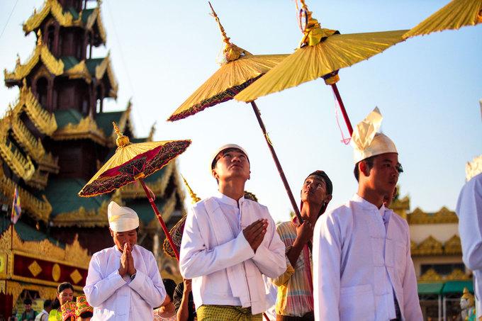 Đây được xem là nghi lễ quan trọng nhất đời người ở Myanmar. Tất cả mọi người đều có thể lên chùa tu tập, điều này đặc biệt quan trọng với nam giới. Người Myanmar tin rằng, con cái trong nhà đi tu là tạo thiện nghiệp lớn cho gia đình và là cách để báo hiếu cho cha mẹ.