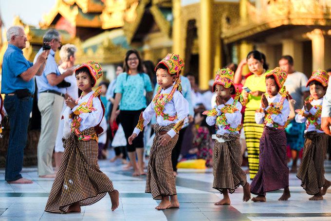 Theo truyền thống, trẻ em từ 5 tới 16 tuổi là có thể lên chùa tu tập làm tiểu Sa di. Thời gian tu không bắt buộc, có thể tính theo từng ngày, tháng hoặc năm. Sau này khi đã trưởng thành, họ cũng có thể quay lại chùa để tu tiếp bất kỳ lúc nào. Đầu tháng 5/2016, cựu tổng thống Thein Sein của Myanmar đã xuống tóc để tu tập trong thời gian 5 ngày tại một ngôi chùa ở miền Trung nước này.