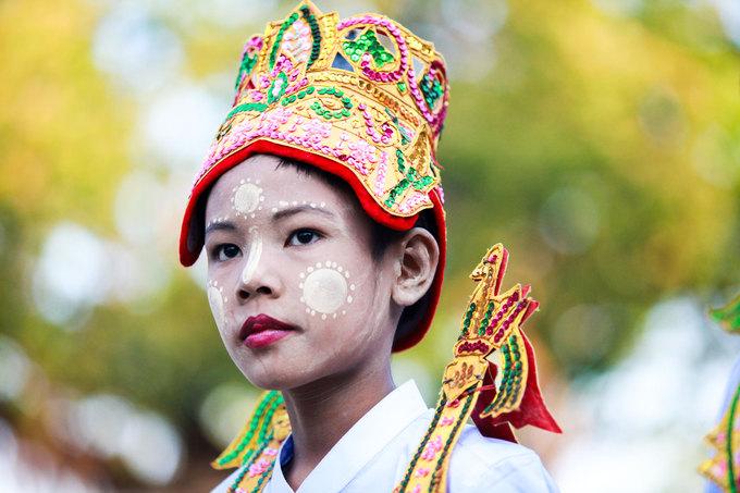 Sau khi xuất gia, những đứa trẻ sẽ sống trong chùa, được học chữ Miến, kinh Phật tiếng Pali và mọi thứ liên quan đến Phật giáo. Các tiểu Sa di này sống cuộc đời không tài sản, mặc đồ nhà Phật, đầu trần, chân đất, mang bát đi khất thực vào mỗi buổi sáng.