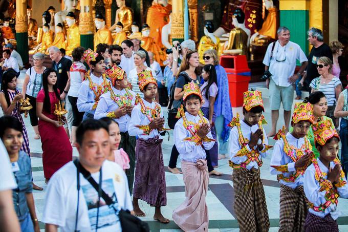 Lễ Shin Pyu thường bắt đầu từ lúc rạng sáng. Ở vùng quê, những đứa trẻ sẽ được bố mẹ chuẩn bị cho trang phục truyền thống, sau đó đưa đến một điểm trong làng để bắt đầu nghi lễ. Nhạc được mở lên, người tổ chức buổi lễ bắt đầu kêu gọi, khuyến khích mọi người cúng dường.