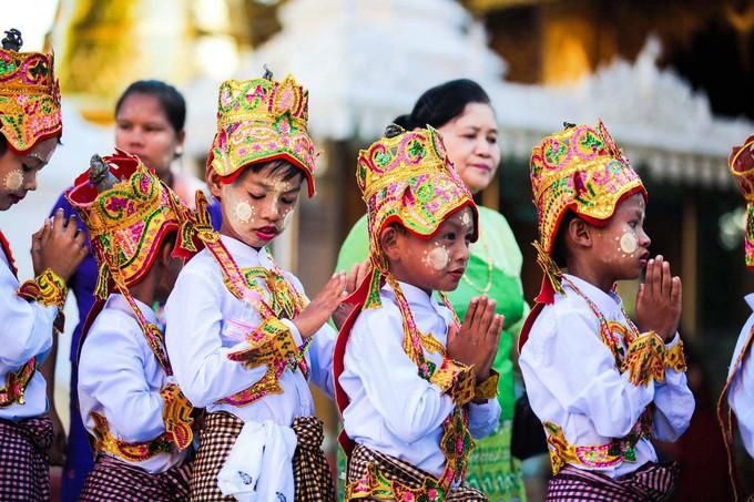 Sau nghi lễ thông báo, các em sẽ được bế lên ngựa, che lọng và đi quanh làng. Điểm dừng chân cuối cùng là ngôi chùa để đứa trẻ xuất gia.