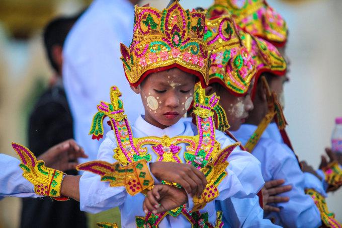 Theo người dân địa phương, nghi lễ này bắt nguồn từ việc Phật Thích Ca xuất gia khi xưa. Vì vậy, trẻ nhỏ khi xuất gia cũng được trang điểm và mặc quần áo đẹp như hoàng tử, công chúa.