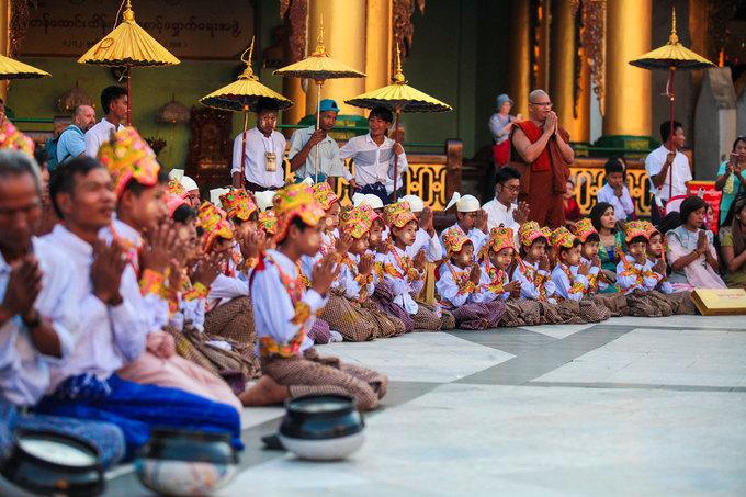 Ở thành phố lớn, trẻ sẽ được cha mẹ chở lên chùa bằng xe thay vì ngồi ngựa và đi quanh làng như ở miền quê. Tuy nhiên, các nghi lễ truyền thống thì vẫn được giữ nguyên.