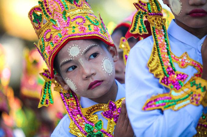 Ở chùa Shwedagon, những đứa trẻ này bắt đầu lễ rước từ cổng và đi chân đất qua nhiều bậc thang sau đó tập trung trước đỉnh cao nhất của toà tháp. Sư thầy sẽ bắt đầu giảng dạy về lợi ích của việc xuất gia, trong suốt thời gian này, trẻ luôn chăm chú lắng nghe, tay chắp trước ngực và quỳ lạy nhiều lần trước tượng đức Phật.