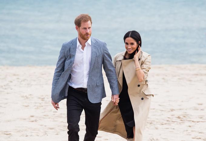 Tháng 10/2018, vợ chồng hoàng tử Harry có mặt ở Australia trong chuyến thăm Hoàng gia diễn ra ngay sau khi Cung điện Kensington thông báo rằng Meghan đang mang thai con đầu lòng. Công nương lúc này mang bầu những tháng đầu nên được chồng hết mực chăm sóc. Hai người nắm tay nhau đi bộ trên bờ biển Sydney, chơi cùng gấu túi ở Sở thú Taronga và thăm Nhà hát Opera Sydney.