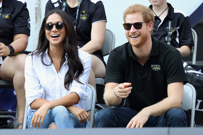 """Tháng 9/2017, sau khi có tin đồn hẹn hò hơn một năm, Hoàng tử Harry và bạn gái đã lần đầu sóng đôi công khai ở sự kiện thể thao quốc tế Invictus Games ở Toronto, Canada. Toronto cũng là nơi cựu diễn viên Meghan Markle sống trong thời gian cô quay series phim truyền hình """"Suit""""."""