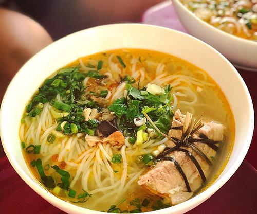Bún cột  Món ăn tại một quán vỉa hè trên đường Duy Tân không khác so với bún cá, trừ nguyên liệu ăn kèm là miếng thịt heo được cột chặt bằng một sợi dây khiến món ăn trở nên đặc biệt. Nước dùng cũng được nấu từ xương cá và heo tạo độ ngọt. Quán này chỉ mở cửa vào buổi sáng. Mỗi tô có giá 22.000 đồng. Ảnh: @aboutcocoin.
