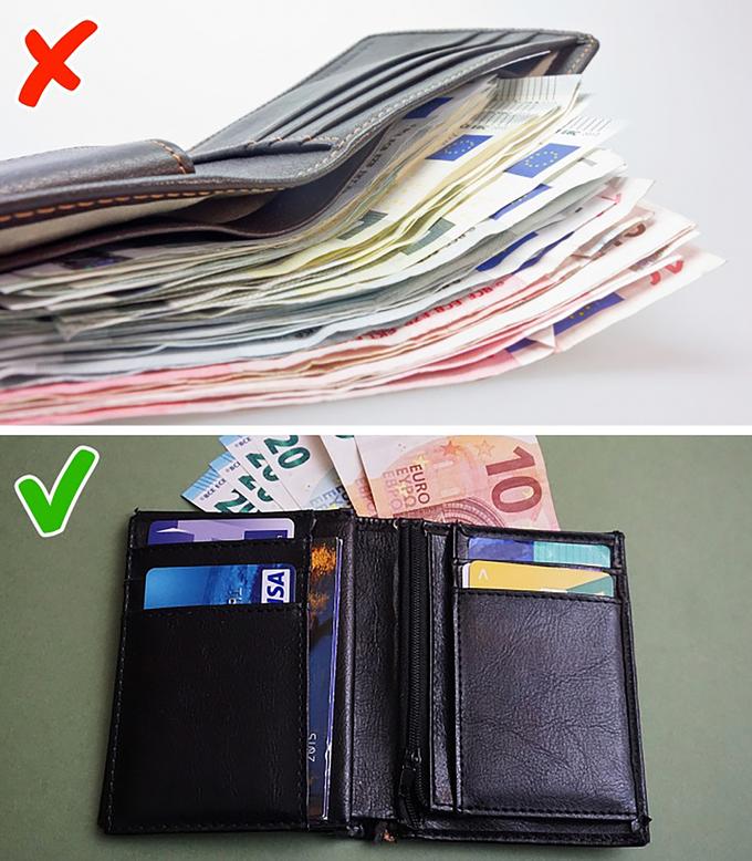 Chỉ mang theo tiền mặt hoặc thẻ tín dụng  Bạn không nên chỉ mang theo một trong hai thứ trên trong các chuyến đi. Bạn có thể bị mất tiền, mất thẻ, ngân hàng chặn giao dịch… Kinh nghiệm của những người thường xuyên đi du lịch là mang theo cả tiền mặt và thẻ. Ngoài ra, bạn cũng nên có tối thiểu hai thẻ tín dụng để chủ động trong mọi tình huống, bởi việc hết tiền trên đường du lịch nghiêm trọng hơn so với lúc ở nhà. Ảnh: Pxhere & Pixabay.