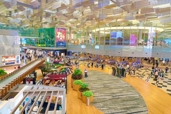 """Dưới đây là danh sách 10 sân bay tốt nhất thế giới được vinh danh tại lễ trao giải Sky Trax 2018. Giải thưởng thường niên này được đánh giá cao về độ uy tín và được gọi là """"Oscar của ngành hàng không"""".  1. Changi, Singapore  Đứng đầu danh sách sân bay tốt nhất thế giới năm 2018 là Changi, Singapore. Nơi này có các chuyến bay đến hơn 200 điểm trên thế giới, với hơn 5.000 lượt máy bay đến, đi trong một tuần của hơn 80 hãng hàng không quốc tế. Năm 2018, sân bay phục vụ 65 triệu hành khách đến từ các quốc gia trên thế giới. Ảnh: Singapore Guide."""