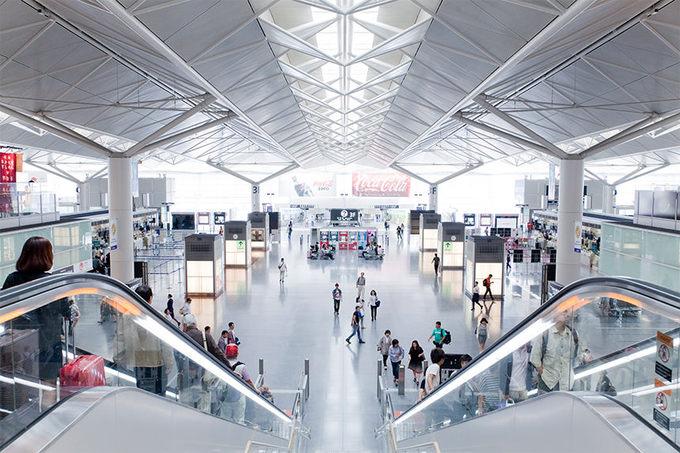 7. Centrair Nagoya, Nhật Bản  Sân bay hình chữ T, chia làm hai khu vực. Nhà ga phía bắc phục vụ các chuyến bay nội địa, phía nam dành cho các chuyến bay quốc tế. Du khách có thể sử dụng nhà tắm mang tên Fu No Yu trong thời gian chờ cất cánh. Tại đây, bạn có thể vừa ngâm mình trong bồn nước nóng, vừa ngắm máy bay cất, hạ cánh. Ảnh: Ana-cooljapan.
