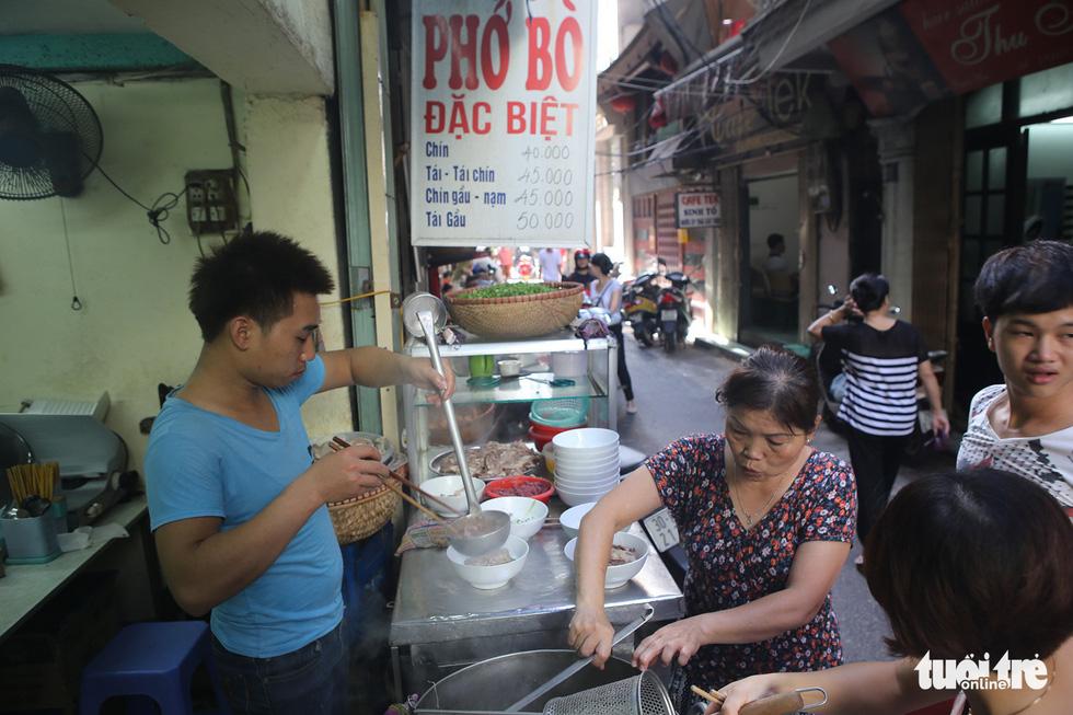 Một hàng phở bò trên phố Đinh Liệt - Ảnh: GIA TIẾN