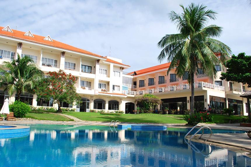 Côn Đảo Resort là khu nghỉ mát nổi tiếng toạ lạc gần biển và các khu vực tham quan, vui chơi. Toạ lạc ngay huyện trung tâm Côn Đảo, khách lưu trú có thể dễ dàng di chuyển đến nhiều điểm tham quan trong khu vực. Với kiến trúc sang trọng, Côn Đảo Resort sở hữu khuôn viên rộng với rừng cây, bể bơi ngoài trời và dịch vụ nhà hàng tiện nghi. Ảnh: Côn Đảo resort.