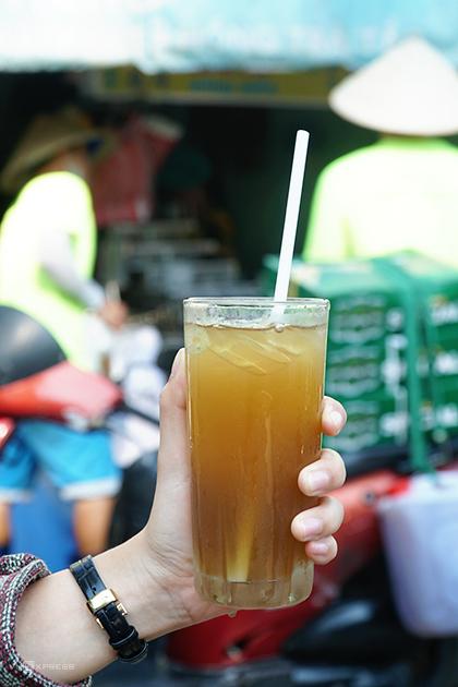 Nước sâm  Đây là loại đồ uống hút khách bậc nhất vào những ngày thành phố trở nóng. Nước sâm nấu từ các loại lá, rễ cây như mía lau, râu ngô, rễ tranh, nhãn nhục nâu.... với đường phèn. Nhờ đó, món có vị ngọt tự nhiên, thanh mát dễ chịu.  Ở Sài Gòn, quán nước sâm nhỏ ngay ngã tư Lê Hồng Phong - Nguyễn Trãi là một địa chỉ lâu năm luôn đông khách. Để thuận tiện cho khách, loại đồ uống này sẽ được đóng chai hoặc bán trong ly nếu khách dùng tại chỗ. Mỗi ly nước sâm tại đây có giá 10.000 đồng. Khách thường đậu xe trước cửa quán, uống nhanh ly nước rồi lại đi tiếp tạo thành không gian ẩm thực thú vị. Ngoài ra, bạn có thể tìm đến các hàng nước trên đường Dương Tử Giang, Tạ Uyên, Nguyễn Thiện Thuật....