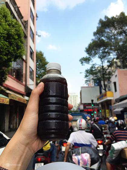 Nước mát  Đây là thức uống được người Hoa ở Sài Gòn nấu từ nhiều loại thảo mộc khác nhau. Mỗi chai nước mát có giá từ 20.000 đồng, được bán khá nhiều từ đầu đường Nguyễn Trãi (quận 5). Mùi vị của đồ uống này không ngọt như thường thấy mà lại có vị đắng, mùi hăng, có tác dụng thanh lọc cơ thể, giúp dễ ngủ. Ảnh: Tâm Linh.