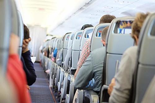 Mở cửa sổ, gập bàn ăn, dựng đứng lưng ghế lúc máy bay sắp cất và hạ cánh là 3 yêu cầu buộc phải làm được nhắc đi nhắc lại trong mỗi chuyến bay, nhất là khi ngang vùng thời tiết xấu. Dựng đứng lưng ghế, gập bàn ăn phía trước để hành khách bên cạnh bạn dễ thoát ra ngoài hơn, trong trường hợp máy bay gặp sự cố. Việc mở cửa sổ giúp lực lượng cứu hộ ở bên ngoài có thể nhanh chóng xác định vị trí người bị nạn bên trong phi cơ.