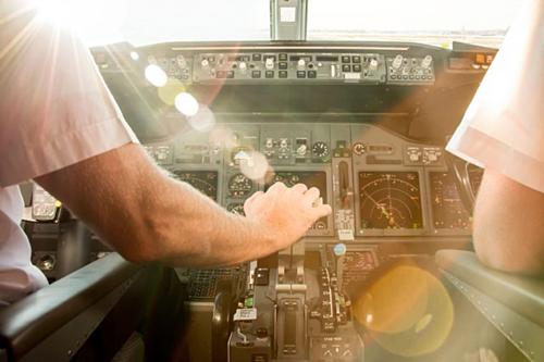 Một số hãng không cho phép cơ trưởng và cơ phó ăn chung. Họ phải dùng thức ăn từ hai nhà bếp khác nhau nhằm đảm bảo không gặp trường hợp cả hai người cùng bị ngộ độc thực phẩm một lúc khi đang bay.