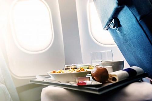 Nhiều hãng không rửa khay trước khi phục vụ thức ăn cho khách vì không đủ thời gian chuẩn bị. Vì thế, đừng để thức ăn rơi xuống khay rồi lại nhặt lên dùng vì thực ra chúng không mấy sạch sẽ.