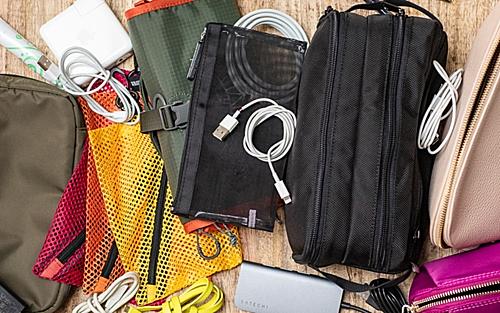 Điện thoại, máy ảnh, sạc dự phòng... là thứ thiết yếu cho chuyến du lịch dài ngày. Thậm chí, có lúc bạn phải mang theo laptop, bộ phát Wi-Fi... nên phụ kiện kèm theo như cáp sạc, adapter cũng khiến bạn mệt mỏi khi sắp xếp. Bạn nên chia các loại máy móc có thể dùng chung dây sạc với nhau vào một nhóm, và chỉ việc đem một sợi cho 2 - 3 thiết bị sẽ giúp bạn dễ quản lý hơn nhiều. Cáp sạc đa năng có thể sạc nhiều loại cùng một lúc cũng là sự lựa chọn không tồi.