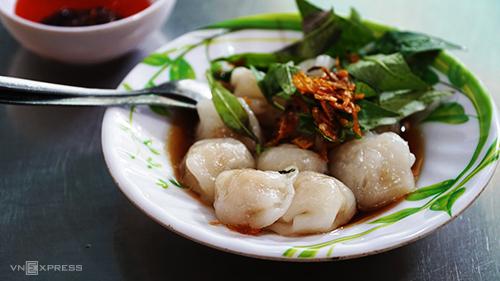 Há cảo  Đây là món quen thuộc của người thích ăn vặt ở Sài Gòn. Không cần đến khu vực người Hoa, bạn cũng có thể dễ dàng tìm thấy há cảo ở nhiều địa chỉ trong thành phố. Tuy nhiên, hương vị món ăn làm ra từ tay những người đầu bếp ở khu vực quận 5 vẫn có nét riêng. Thực khách có thể tìm thấy những viên há cảo mềm mịn, thấm nước sốt đậm đà tại một quán trên đường Ký Hòa. Giá mỗi suất 6 - 8 viên là 20.000 đồng.