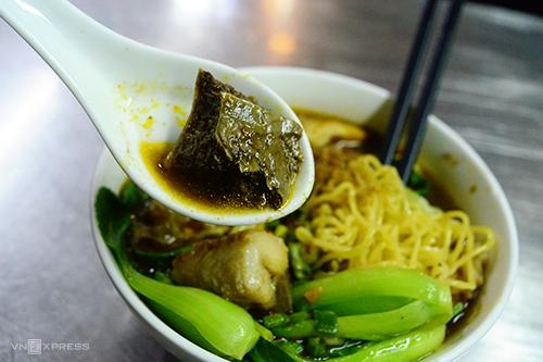 Mì cá viên cà ri  Mì cá viên cà ri chỉ có duy nhất tại quán ăn trên đường Nguyễn Trãi, quận 5. Tiệm rộng chưa đến 5 m2 nhưng vẫn thu hút đông thực khách với hương vị khác lạ trong suốt gần 20 năm. Đối với thực khách ghiền cà ri, hương vị ở quán được xem là đậm đà và đặc trưng. Cá viên giòn, ăn kèm còn có cải thìa xanh, chén nước chấm thêm chút sa tế nhà làm. Một tô mì có giá 40.000 đồng.