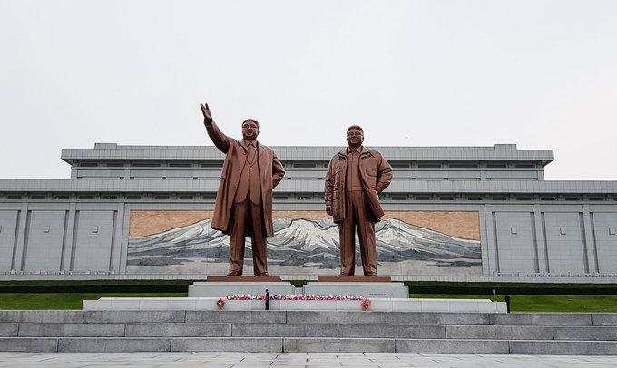 Thủ đô Bình Nhưỡng là nơi du khách không thể bỏ qua khi đến thăm Triều Tiên. Nơi đây gây ấn tượng bởi nhiều tượng đài lớn, những tòa nhà cao tầng và đường phố khang trang. Khác với hình dung của du khách, Bình Nhưỡng cũng có những nhà hàng phục vụ đồ ăn, thức uống theo phong cách phương Tây. Trong ảnh là tượng đài kỷ niệm hai nhà lãnh đạo Kim Nhật Thành và Kim Jong-il trên quảng trường đồi Mansudae.