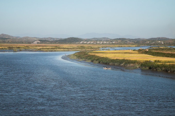 Thành phố cảng Nampo ở vùng biển phía tây Triều Tiên nổi tiếng với con đê chắn biển lọc nước dài 8 km. Đây cũng là vùng đất gắn liền với triều đại Koguryo của vua Jumong. Nampo cách Bình Nhưỡng khoảng 50 km, có đường cao tốc kết nối với thủ đô của Triều Tiên. Đây được xem là điểm du lịch hàng đầu của du khách trong và ngoài nước.