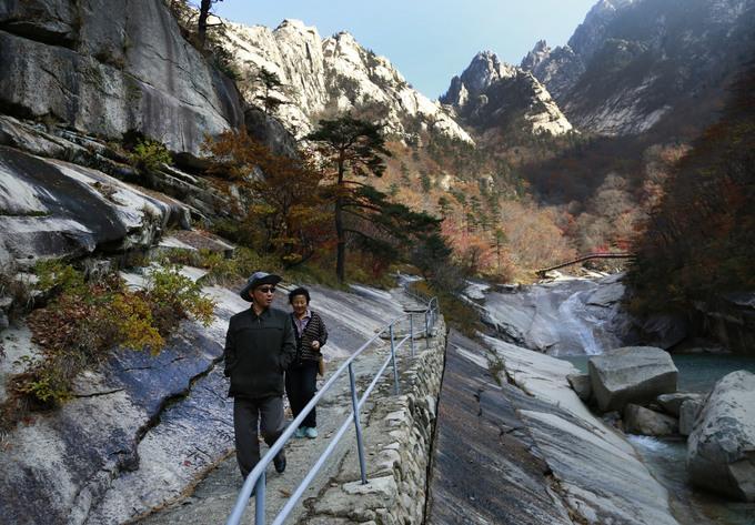 Núi Kumgang được xem là dãy núi đẹp nhất Triều Tiên. Khu nghỉ dưỡng ở đây là nơi diễn ra những cuộc đoàn tụ của người dân hai miền Triều Tiên. Núi Kumgang cao 1.638 m, được hình thành từ những khối đá hoa cương lớn rắn chắc. Ảnh: AP.