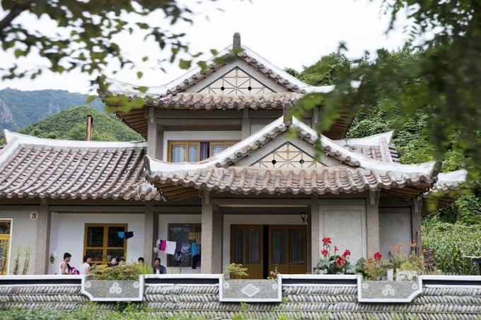 Vùng núi Chilbo nằm ở phía bắc Triều Tiên, là khu vực hoang sơ với vẻ đẹp thiên nhiên ấn tượng. Chuyến thăm của cố lãnh đạo Triều Tiên Kim Jong-il đánh dấu sự mở đầu của dịch vụ homestay (ăn, nghỉ cùng người bản xứ) ở núi Chilbo. Ngôi nhà số 16, nơi ông Kim Jong-il đã ở 2 đêm, trở thành địa điểm homestay thu hút khách nước ngoài tại làng núi Chilbo. Ảnh: Ng Han Guan.