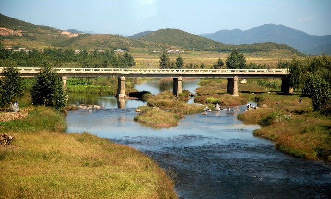 Vùng Haeju, Sariwon nổi tiếng với những khu resort ẩn mình giữa thiên nhiên. Hai thành phố này nằm ở phía tây Triều Tiên nối với nhau bằng một con đường đất. Là một trong những điểm du lịch nổi tiếng nhưng những thông tin, hình ảnh của vùng Haeji và Sariwon hiếm khi xuất hiện trên truyền thông.