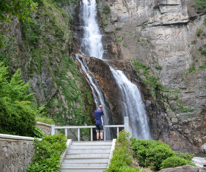 Wonsan là thành phố duyên hải nằm trên cung đường tới núi Kumgang, nổi tiếng với ngọn thác Ullim tuyệt đẹp. Ngoài ra, ở đây còn có thác Kuryong với 9 dòng đổ xuống chân núi. Dưới sức chảy liên tục của dòng thác, phía chân núi hình thành nên một đầm sâu. Tương truyền 9 con rồng đã trú ngụ tại đây nên người ta gọi là đầm Cửu Long. Ảnh: Rritours.