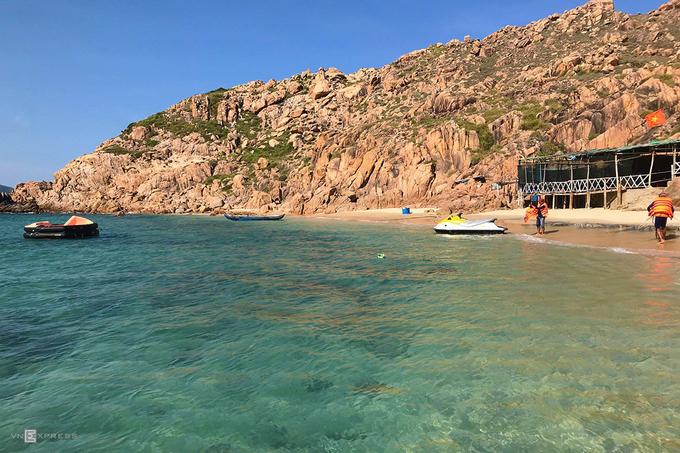 Nơi đây được lòng du khách nhờ khung cảnh thiên nhiên còn hoang sơ, biển xanh trong, những dãy đá nhấp nhô. Bạn có thể sử dụng các dịch vụ thể thao nước để trải nghiệm như đi tàu chuối, lái môtô nước, canô dù kéo... Ảnh: Vy An.