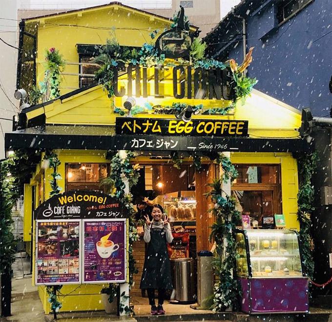 """Cà phê Giảng - thương hiệu quen thuộc từ năm 1946 ở Hà Nội - đã vượt qua biên giới Việt Nam, sang đến Nhật Bản năm ngoái. Ở thành phố cảng Yokohama, cách thủ đô Tokyo không xa, một quán cà phê Việt nhỏ bé được khai trương tại khu phố Tàu. Quán được sơn màu vàng, gợi nhớ về những con phố nhuốm màu thời gian ở Hà Nội. Tuy nhiên, để giải thích rõ cho khách hàng ở nước ngoài, bên dưới biển hiệu """"Cafe Giảng"""", chủ quán còn đề thêm dòng chữ tiếng Nhật và tiếng Anh (nghĩa là """"cà phê trứng""""). Đây cũng là món đồ uống chủ đạo của chuỗi cà phê Giảng ở Hà Nội suốt vài thập kỷ qua."""