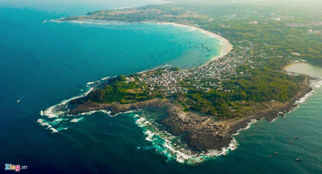 Từ trên cao, sóng biển vờn quanh hàng loạt bãi đá trầm tích núi lửa ven biển huyện Bình Sơn (Quảng Ngãi) nhuộm màu rêu xanh tạo nên cảnh quan thiên nhiên độc đáo.