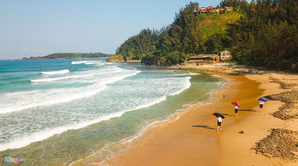Bãi tắm Lệ Thủy (xã Bình Trị, huyện Bình Sơn) có dải đá trầm tích núi lửa dài hàng trăm mét dọc bờ biển hấp dẫn du khách.