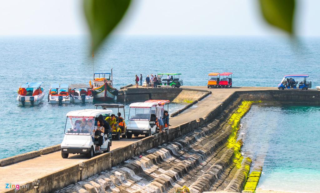 Rêu bao phủ dọc hai bên cầu cảng xã đảo An Bình (đảo Bé), huyện đảo Lý Sơn.