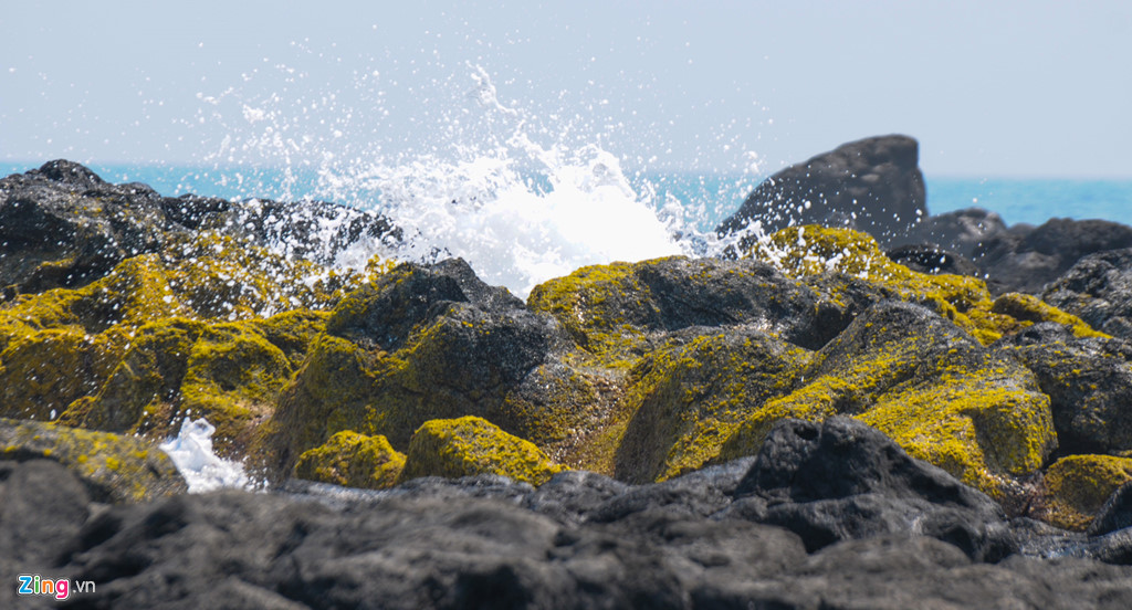 Sóng biển tung bọt trắng xóa giữa những khe đá tạo khoảnh khắc ấn tượng khiến du khách liên tưởng đợt phun trào núi lửa ở đảo Bé Lý Sơn thuở trước.