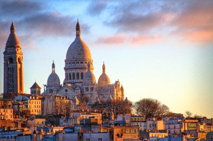 Nếu bạn muốn ngắm toàn cảnh kinh đô ánh sáng Paris, nhà thờ Sacré Coeur là nơi thỏa mãn mong muốn đó cho bạn. Nằm trên ngọn đồi Montmartre, nhà thờ Sacré Coeur sẽ cho các du khách cái nhìn có một không hai về Paris hoa lệ. Ảnh: Pinterest.