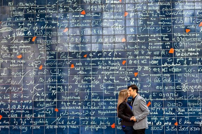 """Bức tường tình yêu Le mur des je t'aime là địa điểm không thể bỏ qua cho các đôi yêu nhau khi du lịch đến Paris. Hơn 200 ngôn ngữ trên thế giới được viết lên bức tường này đều mang ý nghĩa là """"Anh yêu em / Em yêu anh"""". Đây là nơi để bạn chụp những bức ảnh ấn tượng đăng tải lên Instagram. Ảnh: Pinterest."""