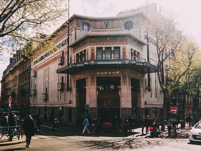 Đến với rạp chiếu phim Le Louxor Palais Du, bạn sẽ được trải nghiệm một thoáng không khí Paris thuở xa xưa. Đó là nơi chiếu phim lâu đời bậc nhất ở Pháp. Khi đến đây nếu may mắn bạn có thể xem qua một bộ phim lịch sử Pháp. Ảnh: Delightfull.