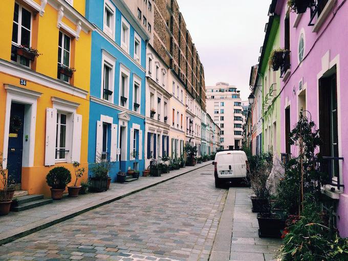 Con phố màu sắc Rue Crémieux sẽ hấp dẫn những ai yêu thích sự sinh động, rực rỡ. Bạn sẽ thấy một Paris ở phương diện hoàn toàn khác khi dạo bộ ở đây. Ảnh: Picsbud.
