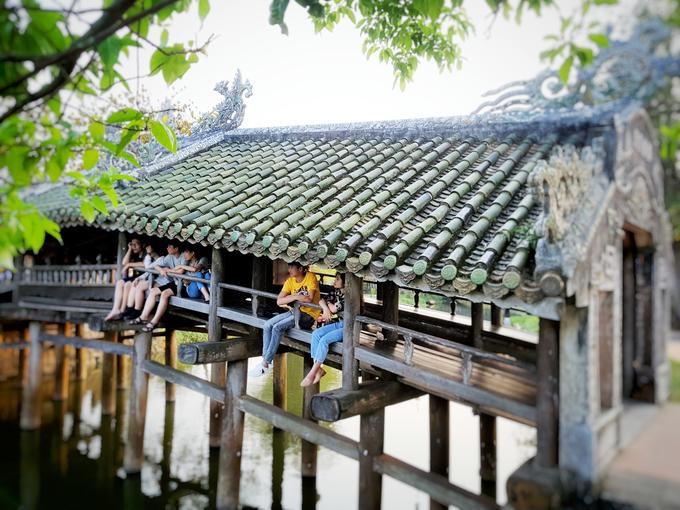 Đây là một trong số ít cây cầu với kiểu kiến trúc này còn tồn tại đến ngày nay ở Việt Nam. Hai bên thành cầu là dãy bục gỗ và lan can để mọi người ngồi nghỉ tựa lưng.