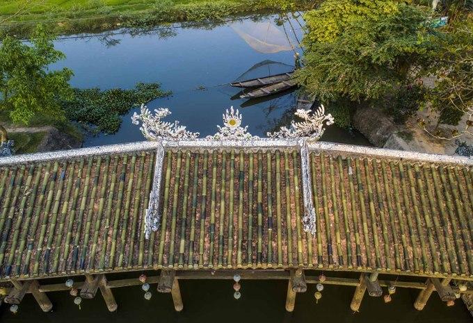 Trên cầu có mái che, lợp ngói ống tráng men, chia làm 7 gian. Trong đó, gian giữa là nơi thờ người có công xây dựng cầu. Công trình này được công nhận là di tích cấp quốc gia năm 1990.