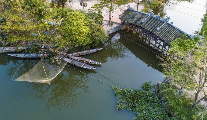 Kiến trúc tiêu biểu của công trình đã giúp hình ảnh của cầu ngói Thanh Toàn được in trên tem bưu chính, phát hành năm 2012. Đến đây, du khách còn được tận hưởng không gian thôn quê yên bình, khi ngay bên cạnh cầu ngói là những con thuyền và vó bắt cá của người dân.