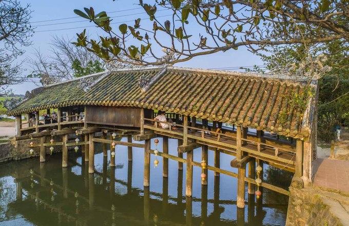 Cầu cách thành phố Huế khoảng 8 km về phía đông nam, du khách đi theo đường Trường Chinh băng thẳng qua khu chung cư là tới.