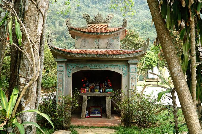 Ngôi đền hiện tại được xây mới trên nền móng của đền cũ. Dấu tích của công trình cổ được thờ dưới miếu nhỏ nằm dưới tán cây đa.  Đền Gối Đại còn được gọi là đền Đại. Tên gọi Gối Đại nghĩa là sự nối tiếp của các thời đại với mong muốn đời sau luôn nhớ tới công ơn của người đi trước.