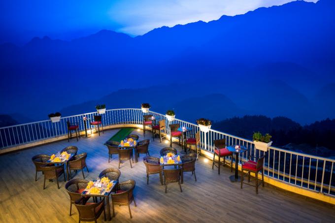 Với vị trí đắc địa, vừa nằm giữa trung tâm thị trấn, vừa hướng ra thung lũng Mường Hoa, khách sạn có vị trí thuận lợi để đi đến các khu phố chính, nhà hàng, quán café, các điểm thăm quan du lịch địa phương.